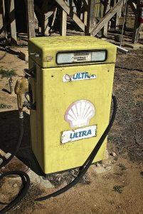 Alarme séparateur hydrocarbure. Ce type de système est généralement utilisé dans les stations-service, les aéroports, les parcs de stationnement, les autoroutes et tout autre lieu présentant un risque de déversement d'hydrocarbures dans le sol.
